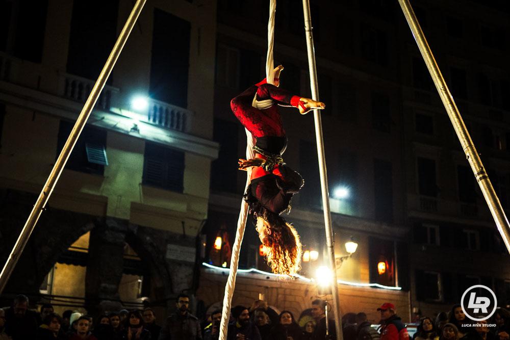 Artista dei tessuti al Capodanno di Genova 2016/2017