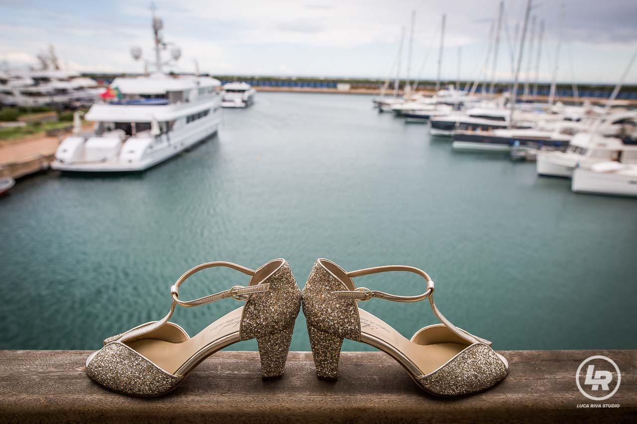le scarpe della sposa sul porto della marina di loano